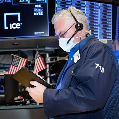 s&p-500-futures-fall-slightly-in-overnight-trading,-netflix-shares-tank